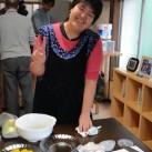 ケーキ作り、笑顔でピース