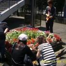 屋外での花壇作業