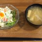 提供されるサラダとスープ