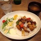 人気の酢豚丼(サラダ添え・スープ付)