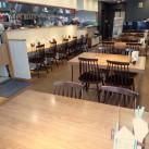 店内の様子(カウンター6席、テーブル26席)